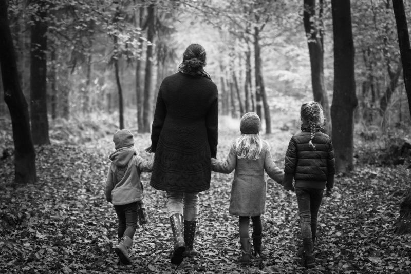asserbos, gezinsfotografie, zwart/wit, natuur, meiden. moeder en dochters