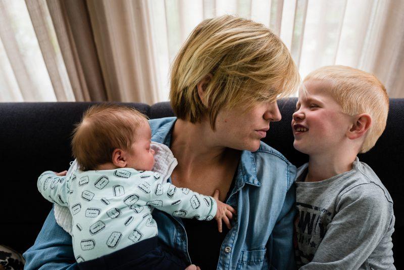 Newborn shoot gezin in Haren, fotograaf Assen, tweeling, gezinsleven, broertje