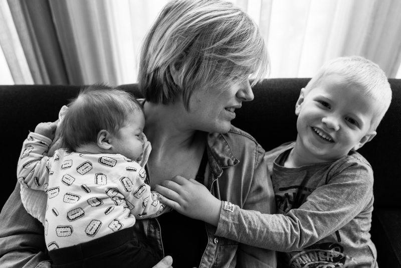 Newborn shoot gezin in Haren, fotograaf Assen, tweeling, gezinsleven, broertje, zwart wit fotografie