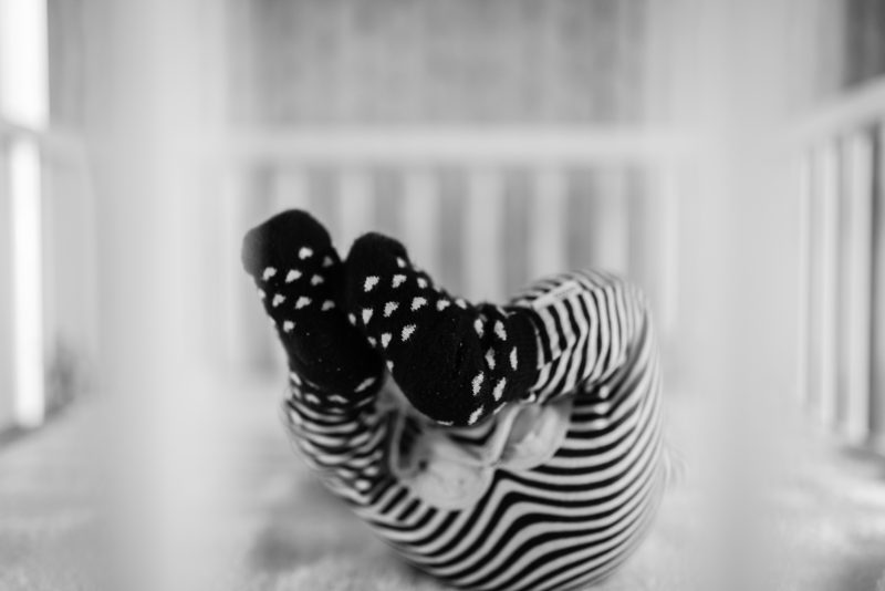 Newborn shoot gezin in Haren, fotograaf Assen, tweeling, zwart wit fotografie, kindje in de box