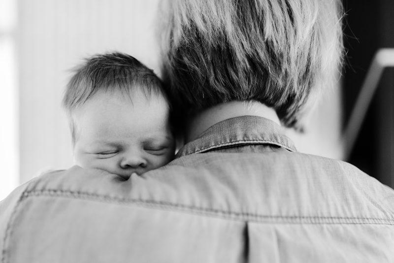 Newborn shoot gezin in Haren, fotograaf Assen, tweeling, zwart wit fotografie