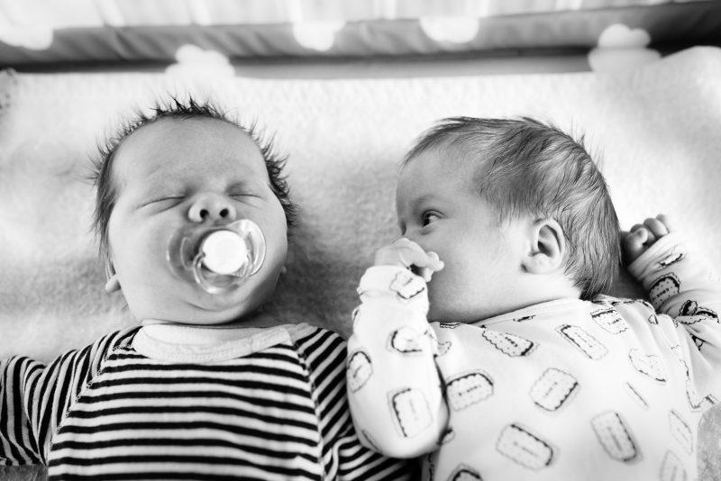 Newborn shoot gezin in Haren, fotograaf Assen, tweeling, gezinsleven, broertjes, zwart wit fotografie