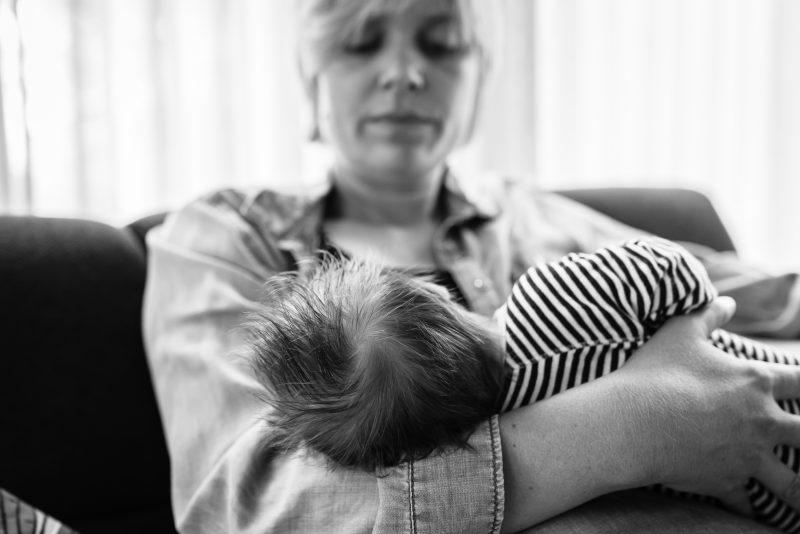Newborn shoot gezin in Haren, fotograaf Assen, tweeling, zwart wit fotografie, borstvoeding