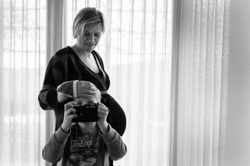 Zwangerschaps shoot Haren, fotograaf Assen, zwanger van tweeling, broer, fotograferen van fotograaf, zwart wit fotografie