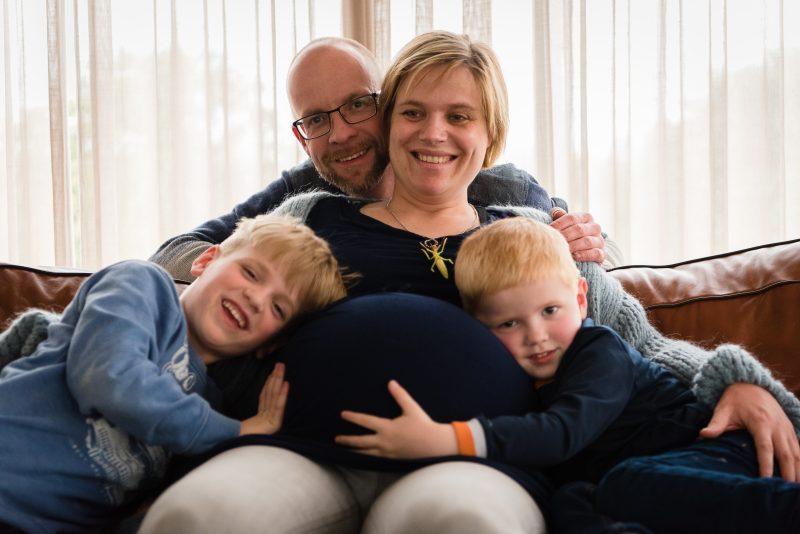 Zwangerschaps shoot Haren, fotograaf Assen, zwanger van tweeling, gezin shoot Haren, broers.