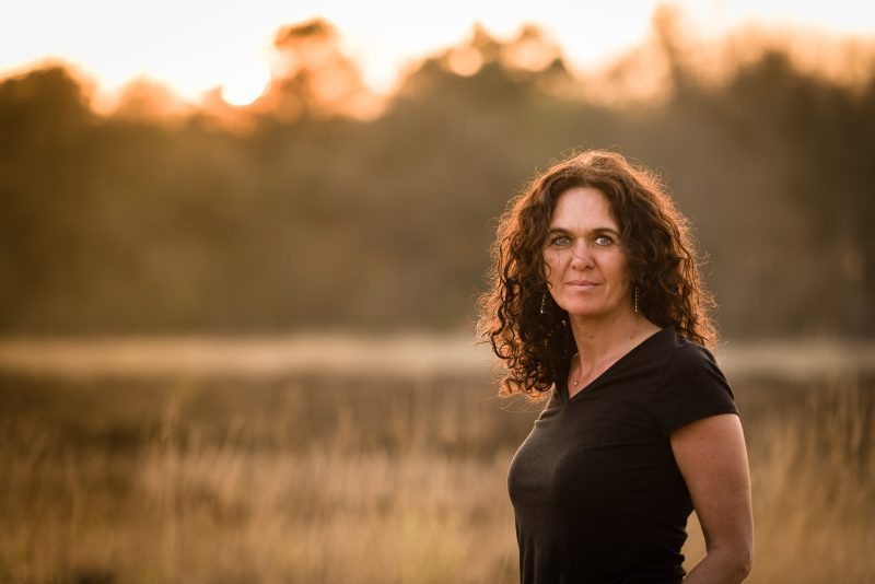 Golden hour, Baggelhuizerplas, Fotograaf Assen, Drenthe, vrouw met lang krullend haar, hoog gras