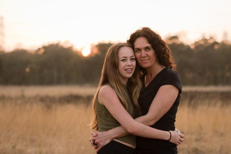 Golden hour, Baggelhuizerplas, Fotograaf Assen, Drenthe, hoog gras, heide, voorjaar, moeder dochter shoot, zwart/wit fotograaf, gezins shoot