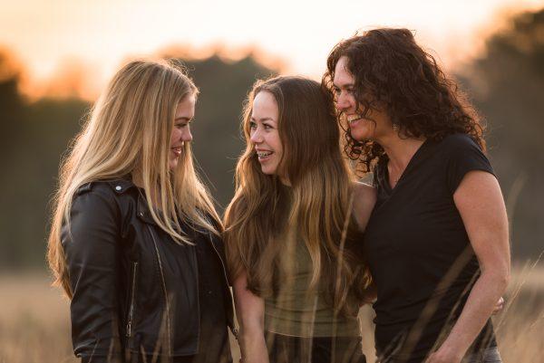 Golden hour, Baggelhuizerplas, Fotograaf Assen, Drenthe, hoog gras, heide, voorjaar, moeder dochter shoot, zwart/wit fotograaf, gezins shoot, plezier, familieband