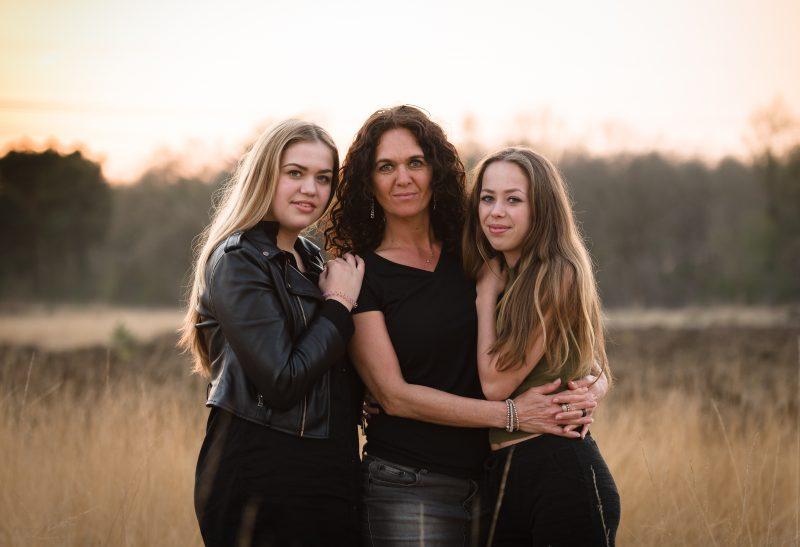 Golden hour, Baggelhuizerplas, Fotograaf Assen, Drenthe, hoog gras, heide, voorjaar, moeder dochter shoot, zwart/wit fotograaf, gezins shoot, familieband