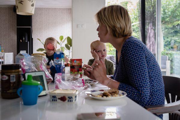 Day in the life bij gezin in Haren, fotograaf Assen, gezin aan tafel