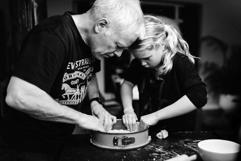 Samen taart bakken, Day in the life, vader en dochter, zwart/wit foto