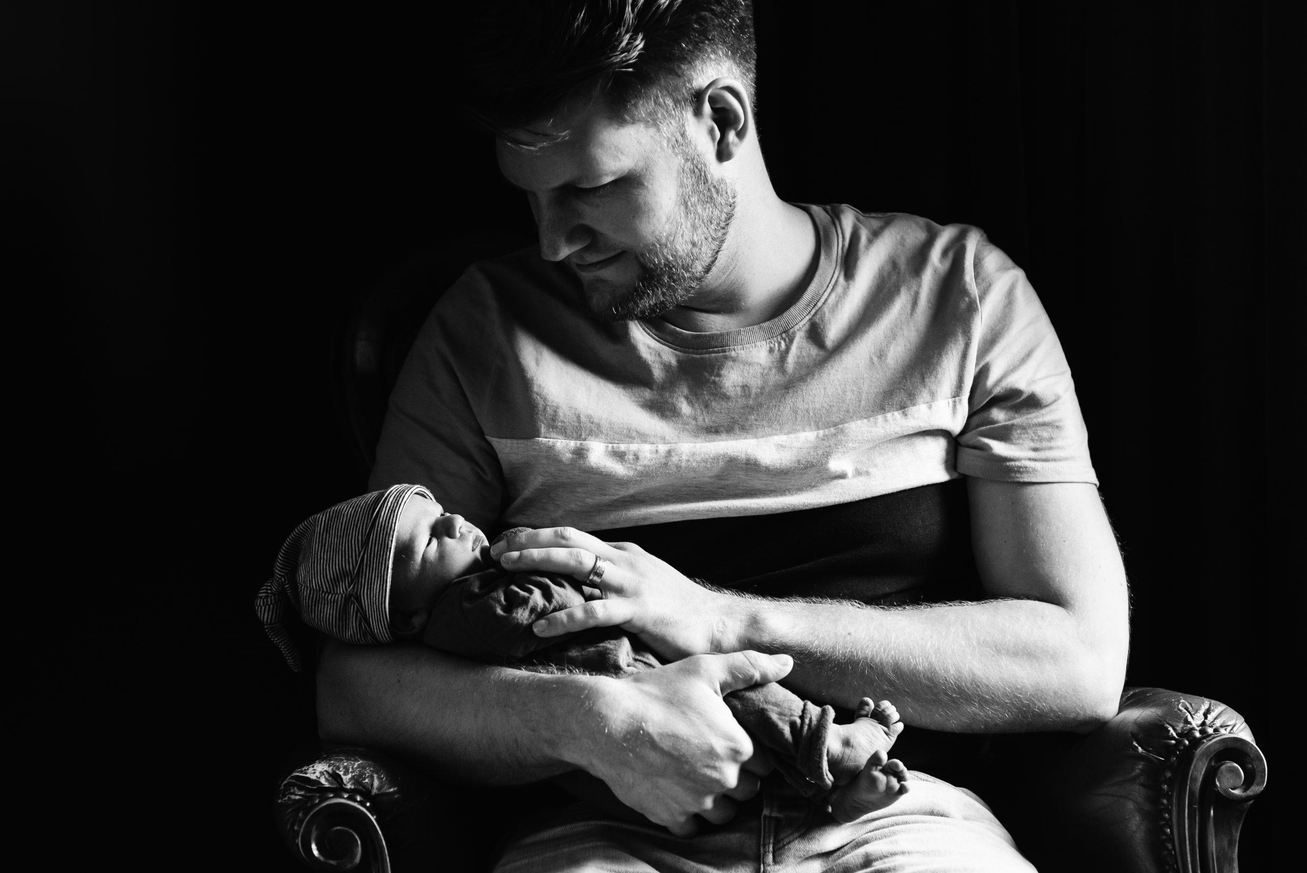 newborn fotografie, familliefotograaf Assen, gezinsfotograaf Assen, fotograaf Assen, lekker uitrusten bij papa, ongeposseerd, vastleggen zoals het leven is, zwart/wit fotografie