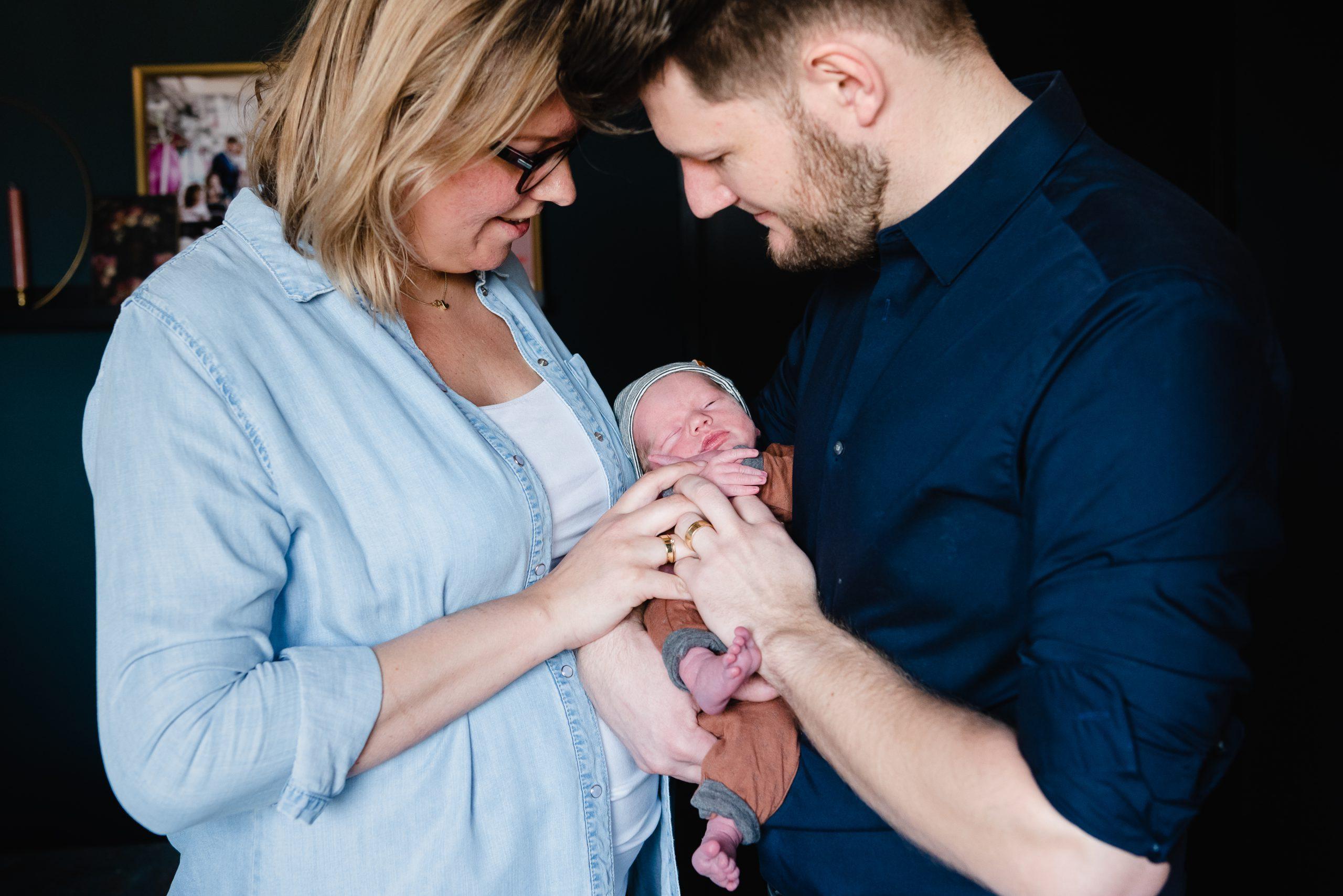 Jong gezin, kleine baby, newborn fotografie, familliefotograaf Assen, gezinsfotograaf Assen, fotograaf Assen, ongeposseerd, vastleggen zoals het leven is.
