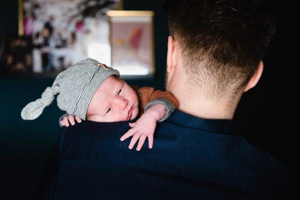 newborn fotografie, familliefotograaf Assen, gezinsfotograaf Assen, fotograaf Assen, lekker uitrusten bij papa, ongeposseerd, vastleggen zoals het leven is.