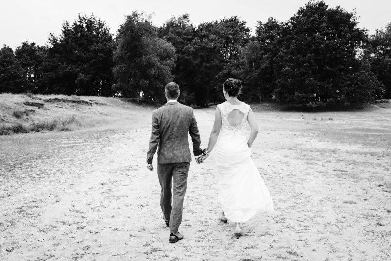 Bruidsfotografie Assen, Balloërveld, jantina fotografie, natuurlijk licht fotograaf, zwart/wit fotografie, trouwen, witte jurk, op de heide, bomen