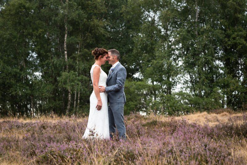 Bruidsfotografie Assen, Balloërveld, jantina fotografie, natuurlijk licht fotograaf, trouwen, witte jurk, op de heide, bloeiende heide