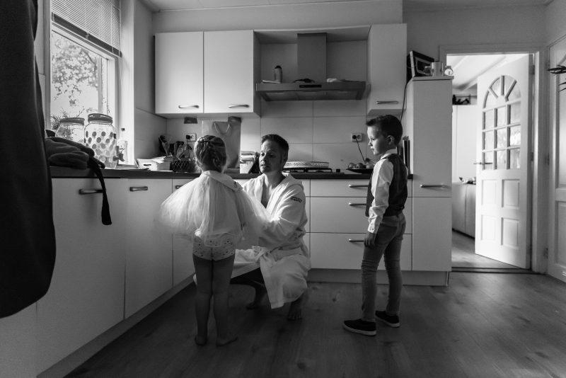 bruidsfotografie Assen, jantina fotografie, natuurlijk licht fotograaf, trouwen, Drenthe, Trouwen in Hooghalen, aankleden voor de bruiloft