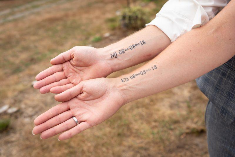 bruidsfotografie Assen, jantina fotografie, natuurlijk licht fotograaf, trouwen, Drenthe, Trouwen in Hooghalen, tatoeage ipv ringen bij trouwen