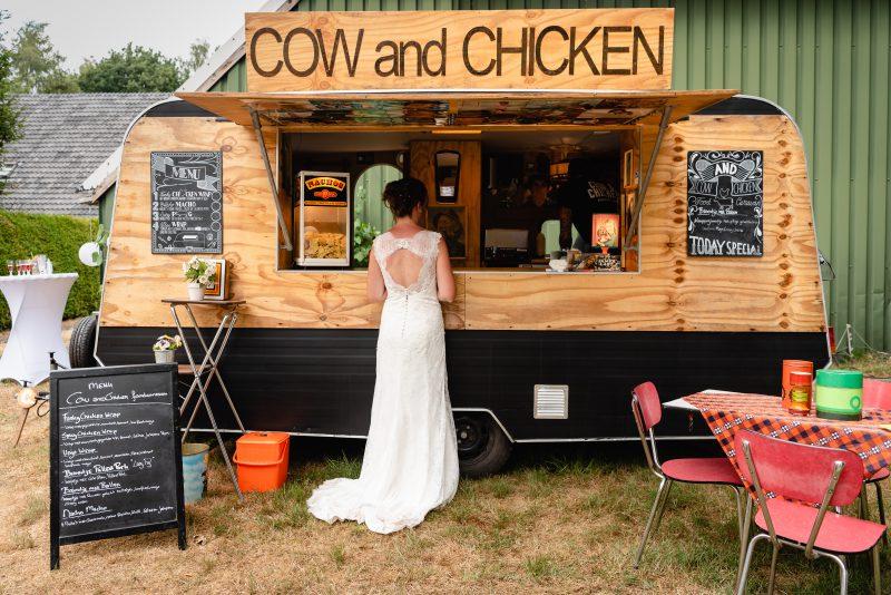 bruidsfotografie Assen, jantina fotografie, natuurlijk licht fotograaf, trouwen, Drenthe, Trouwen in Hooghalen, foodtruck