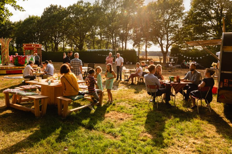 Bruidsfotografie Assen, jantina fotografie, natuurlijk licht fotograaf, trouwen, Drenthe, tuinfeest, Trouwen in Hooghalen, Foodtruck, draaimolen