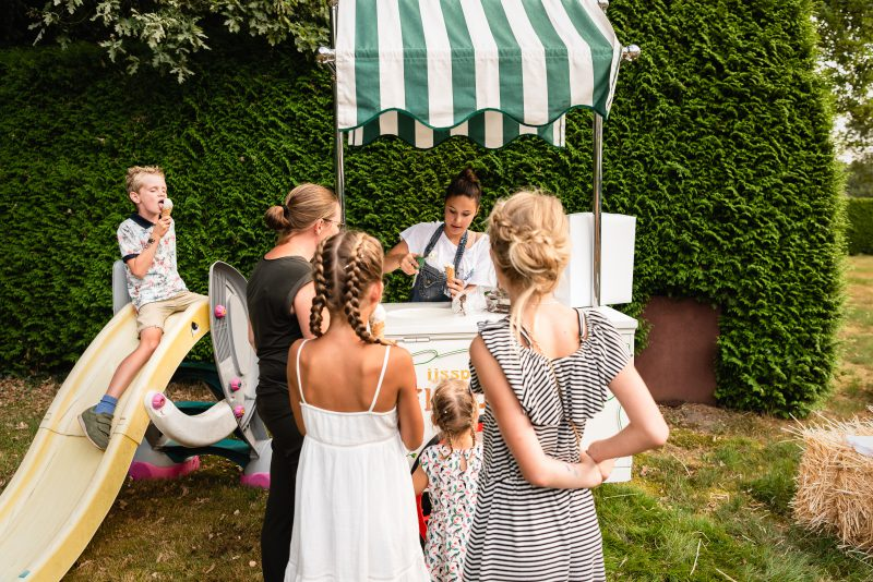 bruidsfotografie Assen, jantina fotografie, natuurlijk licht fotograaf, trouwen, Drenthe, tuinfeest, Trouwen in Hooghalen, ijskar, kinderen, zomer