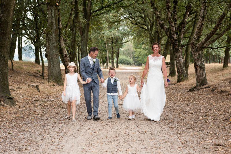 Bruidsfotografie Assen, Balloërveld, jantina fotografie, natuurlijk licht fotograaf, zwart/wit fotografie, trouwen, witte jurk, op de heide, bomen, gezinsfotografie, kinderen bij trouwen
