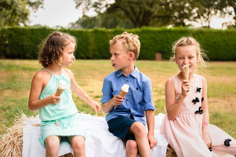 bruidsfotografie Assen, jantina fotografie, natuurlijk licht fotograaf, trouwen, Drenthe, tuinfeest, Trouwen in Hooghalen, ijs, kinderen, zomer