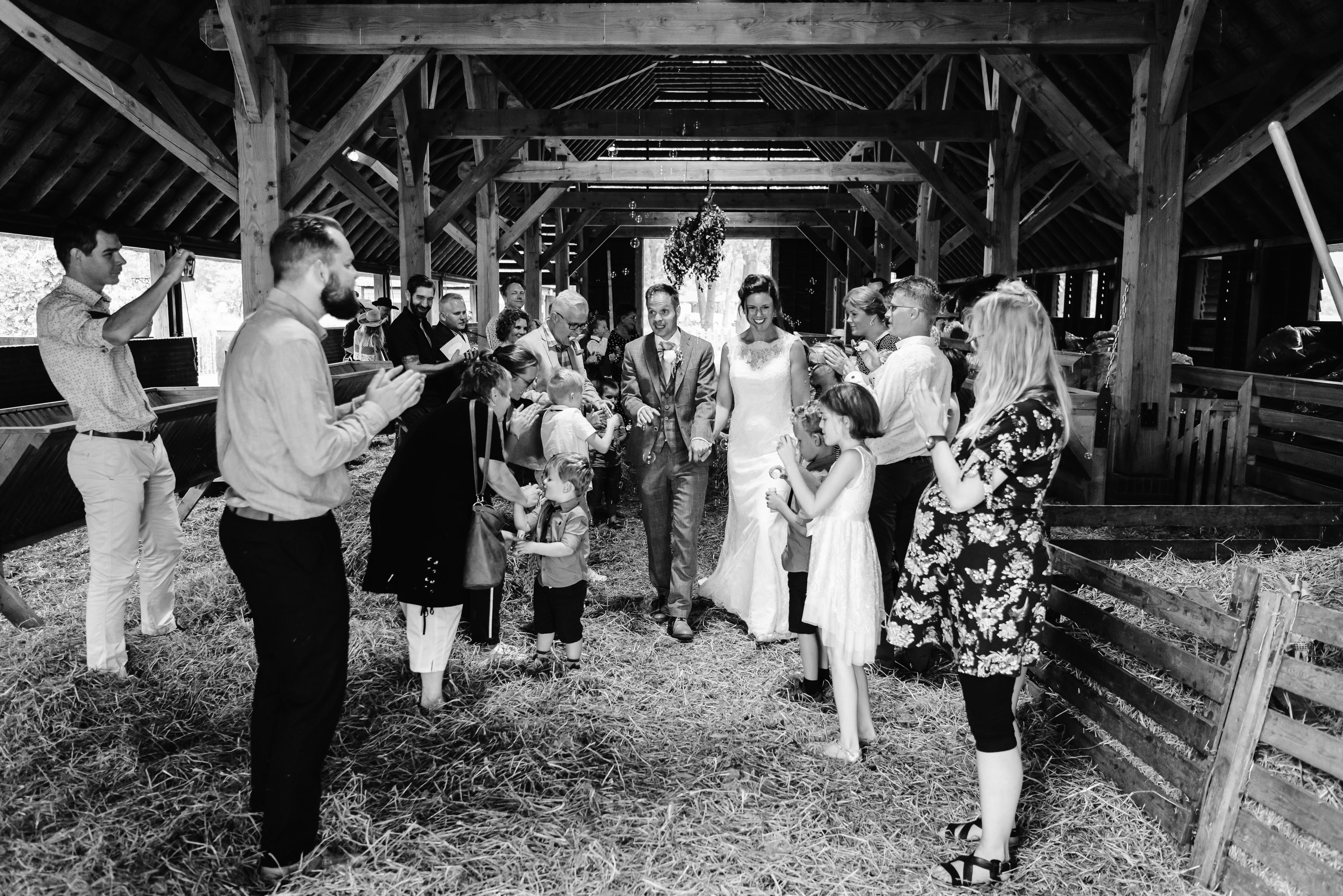 bruidsfotografie Assen, Balloërveld, jantina fotografie, natuurlijk licht fotograaf, zwart/wit fotografie, trouwen, witte jurk, op de heide, bomen, gezinsfotografie, kinderen bij trouwen, schaapskooi, Drenthe