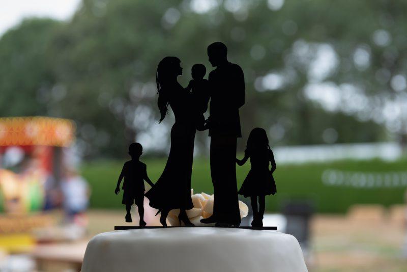 bruidsfotografie Assen, jantina fotografie, natuurlijk licht fotograaf, trouwen, Drenthe, tuinfeest, bruidstaart, gezin centraal