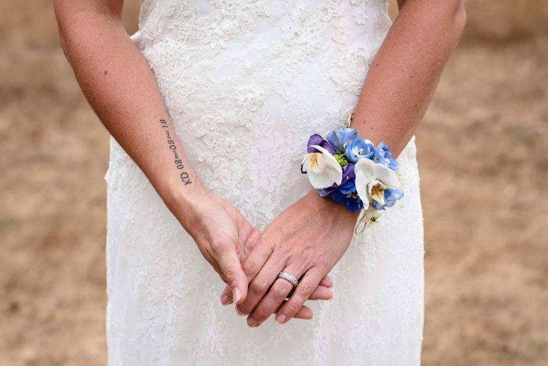 Bruidsfotografie Assen, Balloërveld, jantina fotografie, natuurlijk licht fotograaf, zwart/wit fotografie, trouwen, witte jurk, op de heide, bomen, handbloemen