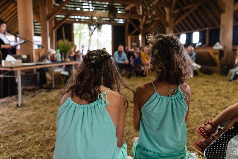 Bruiloft in schaapskooi op het Balloërveld, jantina fotografie, natuurlijk licht fotograaf, gasten, schaapskooi, trouw ceremonie, meisjes bij trouwerij