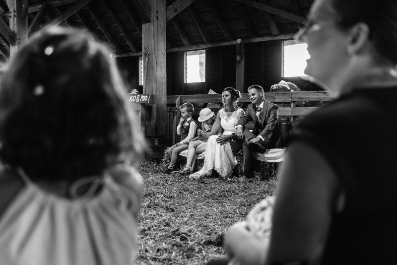 Bruiloft in schaapskooi op het Balloërveld, jantina fotografie, natuurlijk licht fotograaf, gasten, schaapskooi, trouw ceremonie