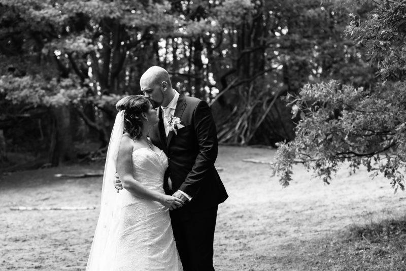 trouwen in Groningen, zwart/wit fotografie, bruid en bruidegom, liefde, love en marriage, trouwreportage