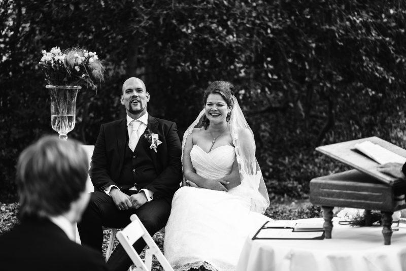 trouwen in de buitenlucht, trouwceremonie, bruid en bruidegom, trouwen in Groningen, liefde voor elkaar