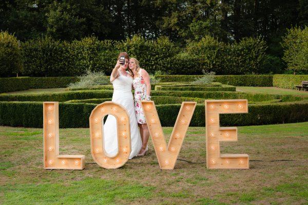 trouwfeest, love, selfie met best friends, bruidje, details op trouwdag, buitenfeest op trouwerij, trouwen in Groningen