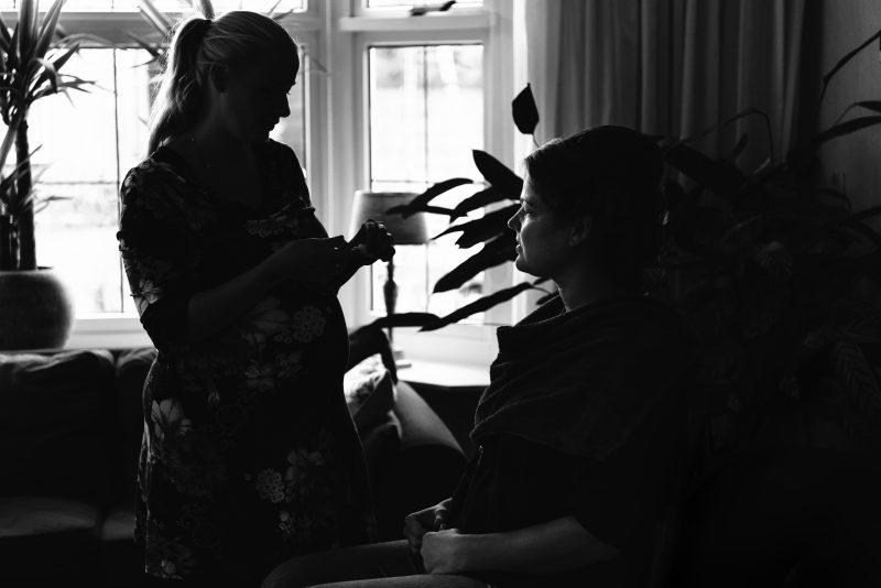 trouwen in Groningen, aankleden van bruid, zwart/wit fotografie, begin dan de trouwdag