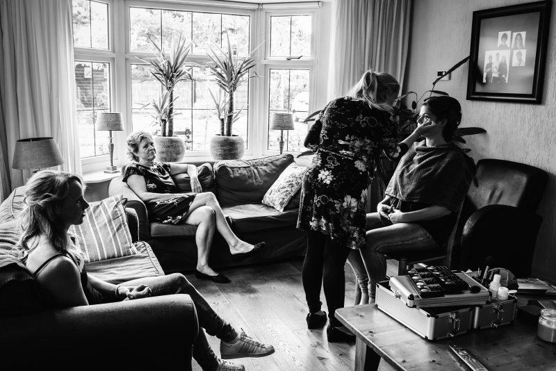 trouwen in Groningen, aankleden van bruid, zwart/wit fotografie, begin dan de trouwdag, familie en vrienden