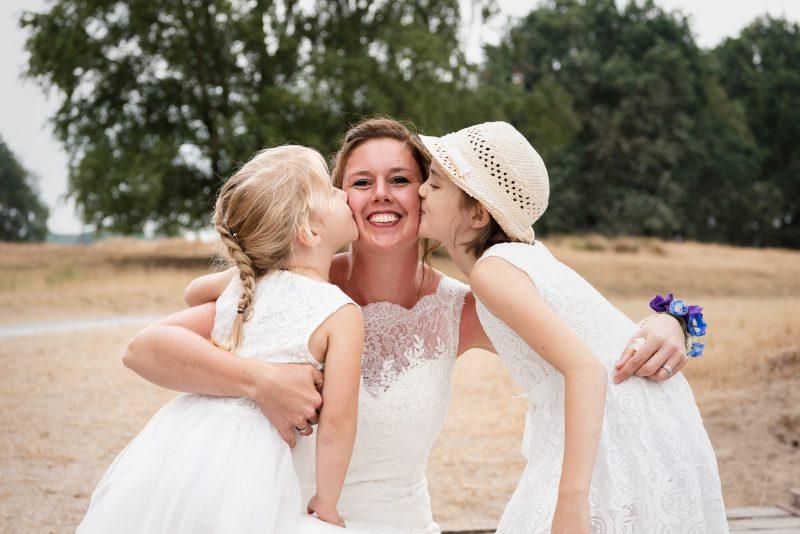 Bruiloft in schaapskooi op het Balloërveld, jantina fotografie, natuurlijk licht fotograaf, moeder en dochters, bruidsreportage