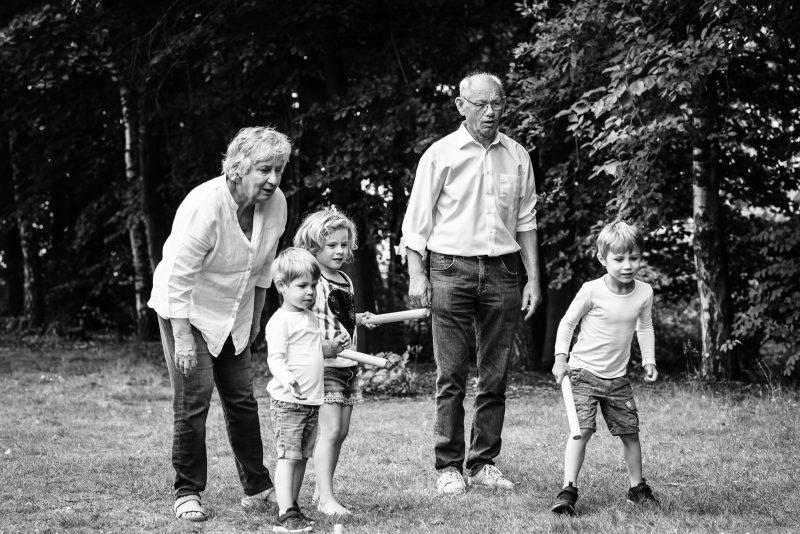 Hof van Saksen, Familie reportage, opa en oma met kleinkinderen, ontspannen reportage, geen geposeerd, zwart wit fotografie, fotograaf Assen, fotograaf Drenthe