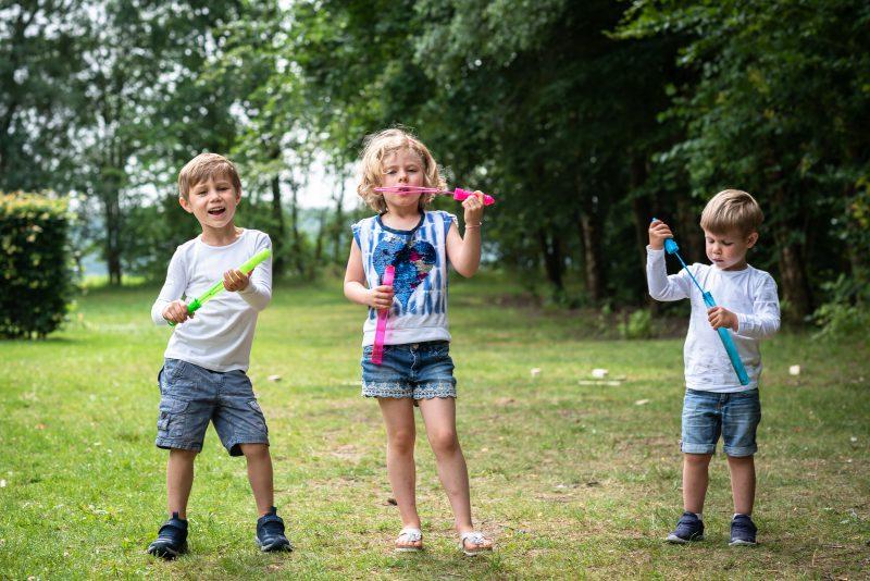 Hof van Saksen, Familie reportage, ontspannen reportage, geen geposeerd, fotograaf Assen, fotograaf Drenthe, bellen blazen, samen spelen, natuurlijk licht fotograaf