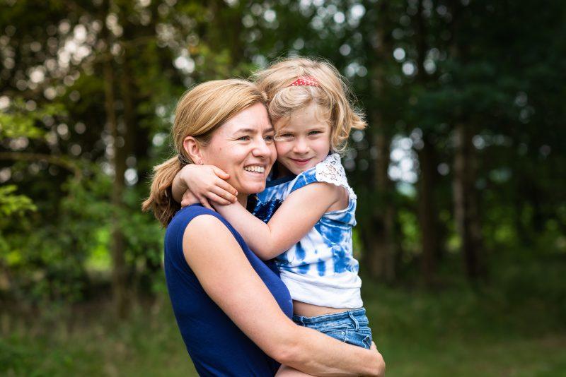 Hof van Saksen, Familie reportage, ontspannen reportage, geen geposeerd, fotograaf Assen, fotograaf Drenthe, moeder en dochter, natuurlijk licht fotograaf