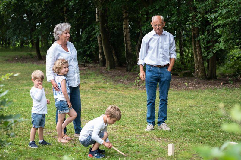 Hof van Saksen, Familie reportage, opa en oma met kleinkinderen, ontspannen reportage, geen geposeerd, fotograaf Assen, fotograaf Drenthe