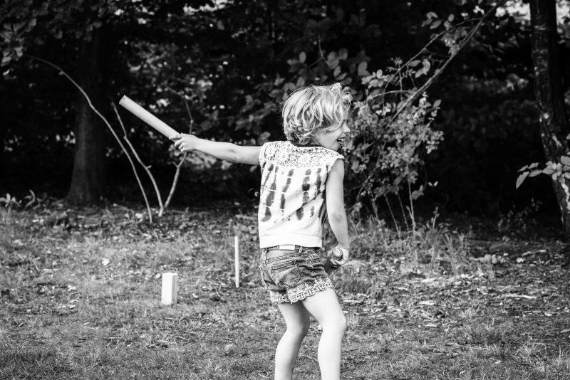 Hof van Saksen, Familie reportage, ontspannen reportage, geen geposeerd, zwart wit fotografie, fotograaf Assen, fotograaf Drenthe, meisje aan het spelen