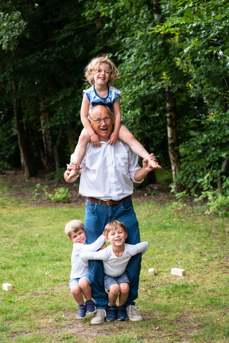 Hof van Saksen, Familie reportage, opa met kleinkinderen, ontspannen reportage, geen geposeerd, fotograaf Assen, fotograaf Drenthe