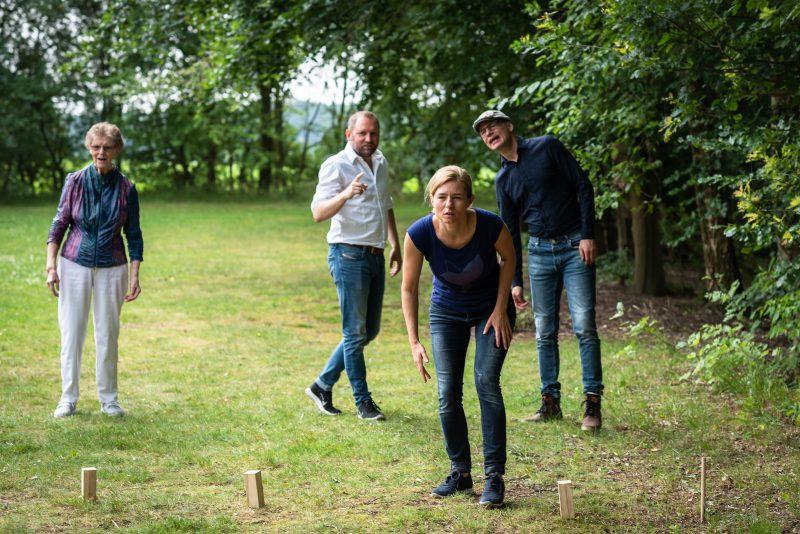 Hof van Saksen, Familie reportage, ontspannen reportage, geen geposeerd, fotograaf Assen, fotograaf Drenthe, samen een spel doen