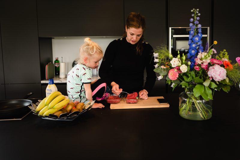 day in the life, familie reportage, bij mensen thuis fotograferen, kinderen op de boerderij, fotograaf Assen, natuurlijkliacht fotograaf, fotograaf in Drenthe, meisje helpt moeder met koken