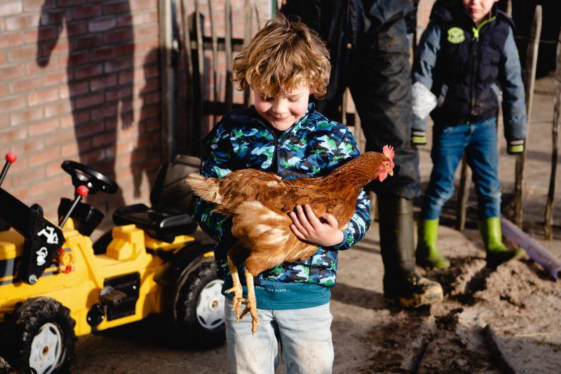 day in the life, familie reportage, bij mensen thuis fotograferen, kinderen op de boerderij, fotograaf Assen, natuurlijkliacht fotograaf, fotograaf in Drenthe, lekker buiten spelen, dieren op de boerderij, kippen
