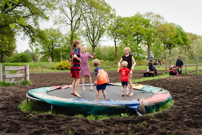 day in the life, familie reportage, bij mensen thuis fotograferen, kinderen op de boerderij, fotograaf Assen, natuurlijkliacht fotograaf, fotograaf in Drenthe, lekker buiten spelen, vieze voeten, trampoline, lente