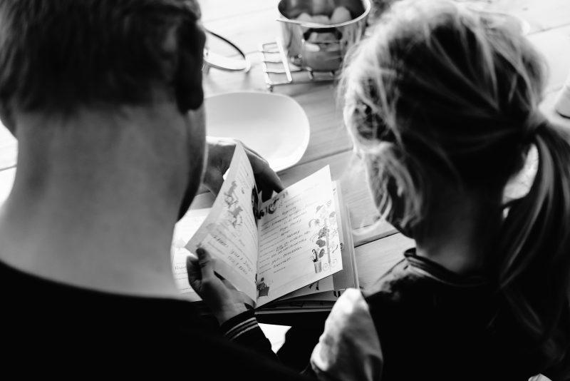 day in the life, familie reportage, bij mensen thuis fotograferen, vader leest met haar kind een boekje, fotograaf Assen, natuurlijkliacht fotograaf, fotograaf in Drenthe