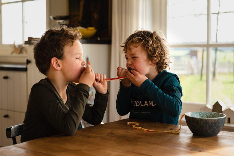 day in the life, familie reportage, bij mensen thuis fotograferen, kinderen op de boerderij, fotograaf Assen, natuurlijkliacht fotograaf, fotograaf in Drenthe, gezamenlijk eten aan tafel, tweeling